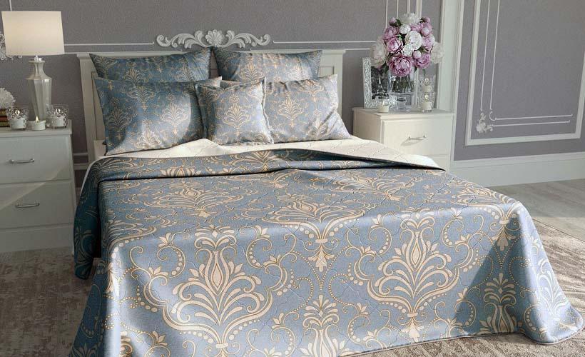 покрывало и подушки из сатена