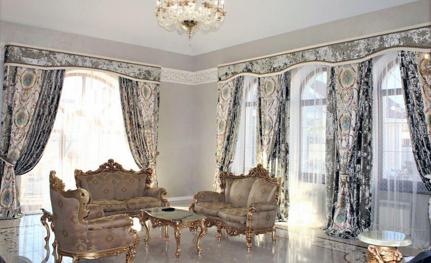 шторы из парчи в гостиную