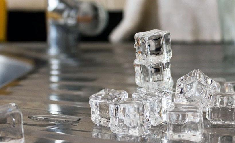использование льда для удаления жвачки